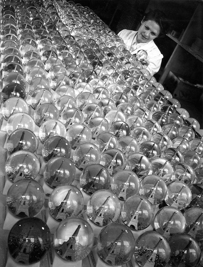 Atelier Robert Doisneau | Robert Doisneau's photo archives. - Paris: Eiffel tower