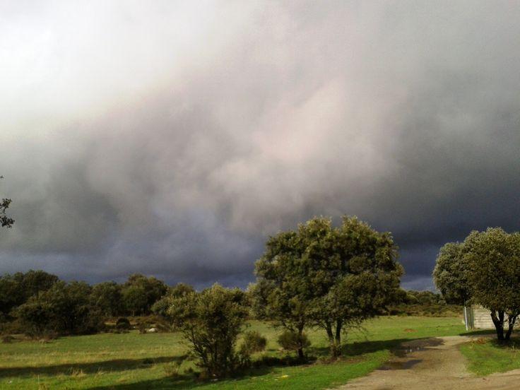 Se prepara una buena tormenta en la zona del ventisquero. Estamos en los llanos del Río Ambroz, en Zarza de Granadilla.