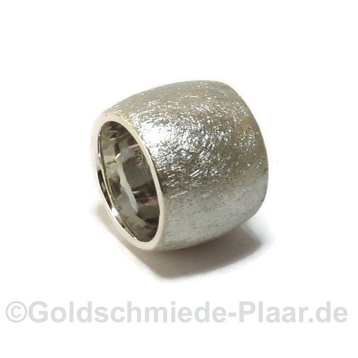 Sehr breiter Ring aus Silber mit eismatter Oberfläche, den ich im Auftrag einer Kundin hergestellt habe. Der Ring hatte eine Breite von ungewöhnlichen 20 mm