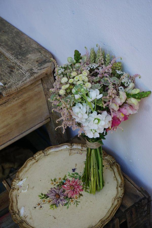 ramo de novia con astilbe alheli astrantia y trigo