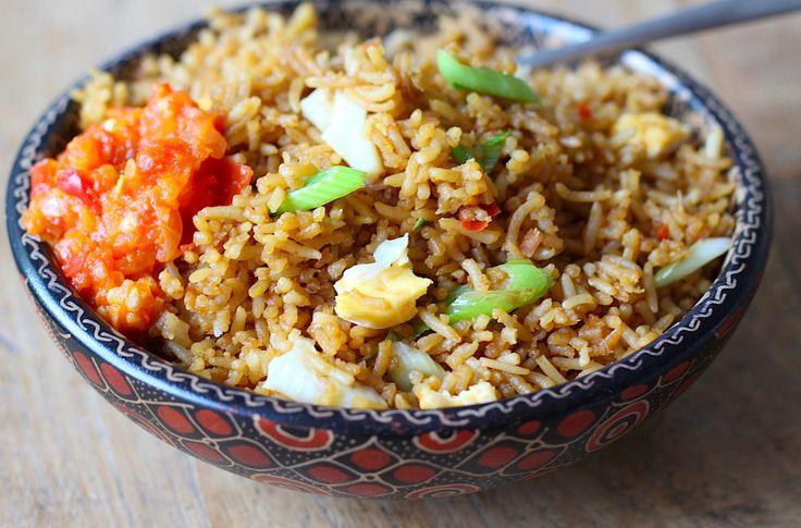 In Indonesië ontbijt je met nasi goreng, de opgebakte witte rijst van de dag ervoor. Waanzinnig op smaak gebracht en het recept vind je hier.