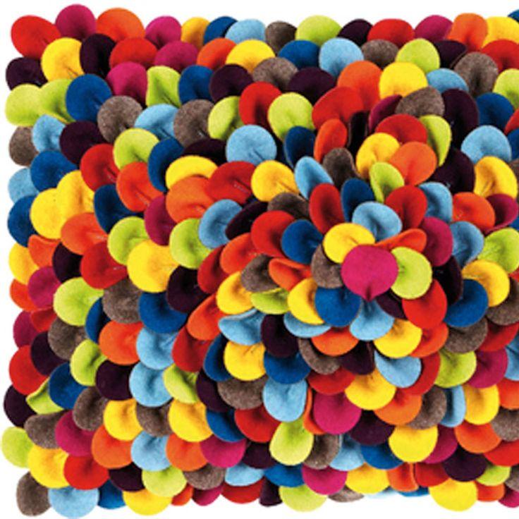 Moltex kudde Confetti är en härlig fylld kudde i 70% ull och 30% polyester. Mönstret påminner om konfetti, därav namnet. Finns i tre olika färgsättningar. Innerkudden är inkluderad.Storlek: 35x50cmMaterial:70% ull, 30% polyesterFärg: multiTvättråd: Kemtvätt