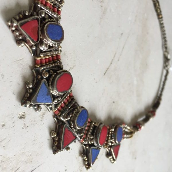Handmade necklace with coral and lapis from the Himalaya. | deTurf