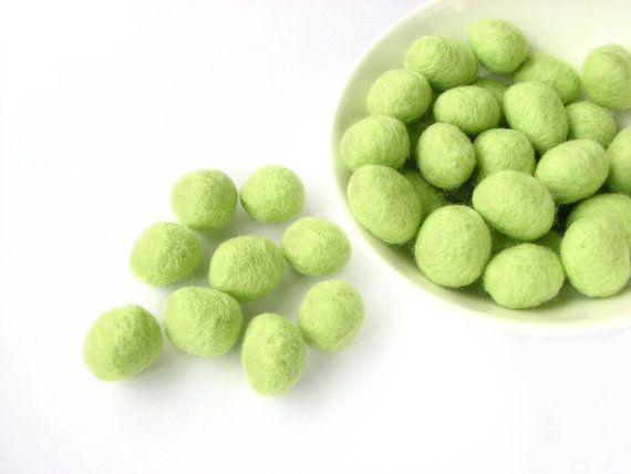 Felted wool rondelle beads / pebbles 30 pcs. green by Smika