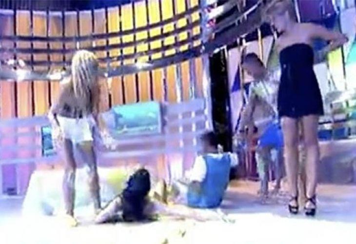 Гаф: Участничка в тв шоу показа без да иска гърдите си директно в ефир (ВИДЕО 18+) - http://novinite.eu/gaf-uchastnichka-v-tv-shou-pokaza-bez-da-iska-gardite-si-direktno-v-efir-video-18/