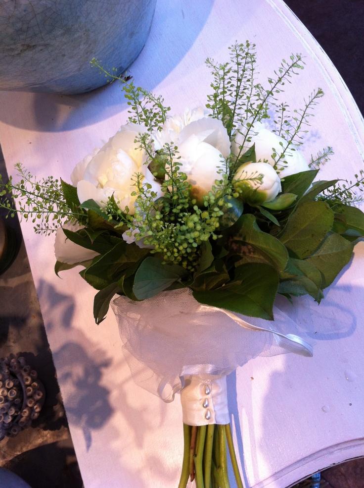 Bruidsboeket met heerlijk geurende witte pioenrozen. Smaakvol afgewerkt met witte tule!
