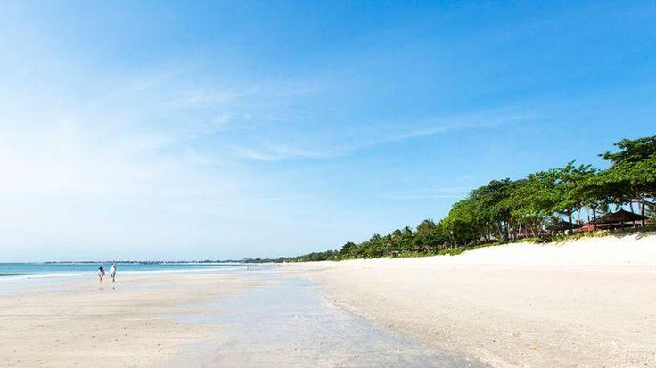 Les plages de Jimbaran - Au sud, Jimbaran est un village de pêcheurs ainsi qu'une petite station balnéaire qui possède une longue plage dorée. Un régal pour les surfeurs. A la nuit tombée, le lieu se transforme en immense restaurant. Poisson et fruits de mer, s'il vous plaît !