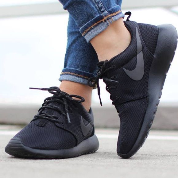 Model Sneaker Street Style Nike Strut Black Sneakers White Sole Are The New