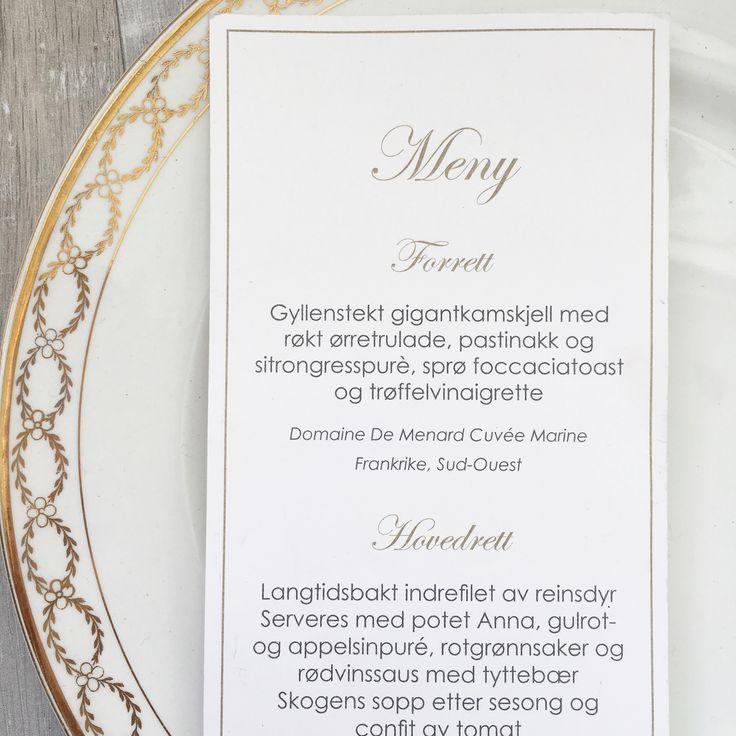 Meny til bryllupet i gull og hvitt.