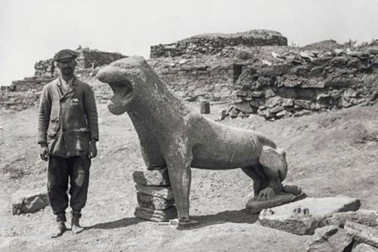 Excavations at Delos island,Cyclades,Greece,19th century.The discovery of a lion.(Marble,6th c.BC.)