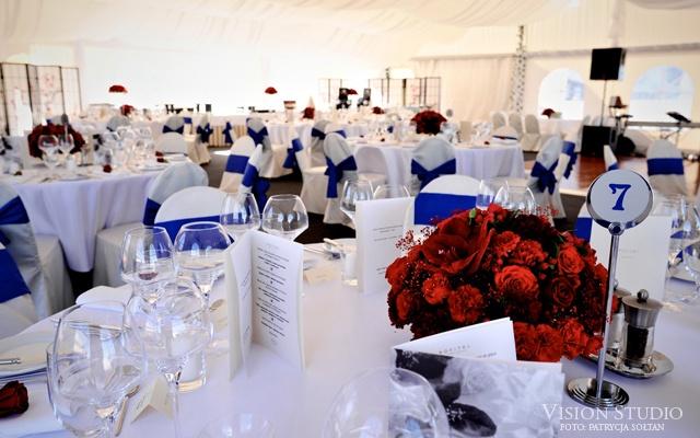czerwone bukiety na stołach weselnych