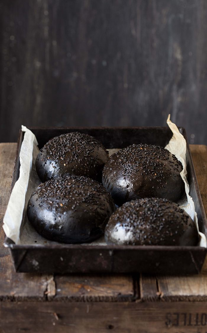 Black brioche burger buns//