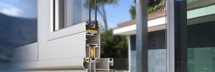Alumil M9200 è un sistema di scorrimento non isolato con forma curva, adatto a qualsiasi tipologia di porte e finestre che possono anche essere combinati con persiane scorrevoli e / o zanzariere scorrevoli • 38 millimetri di larghezza dell'anta • singolo o doppio vetro fino a 20 mm di spessore • peso anta fino a 120 kg