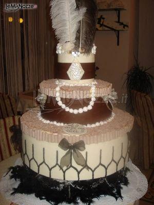 http://www.lemienozze.it/operatori-matrimonio/catering_e_torte_nuziali/torte-nuziali-monza-e-brianza/media/foto/11 Torta multipiano per il matrimonio nei colori del marrone e del beige con piume nere: sfoglia la gallery e guarda tutte le torte per le tue nozze!