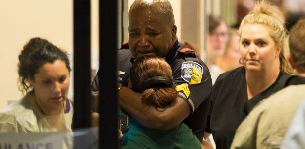 Franco atiradores matam cinco policiais em Dallas, durante manifestação contra a violência