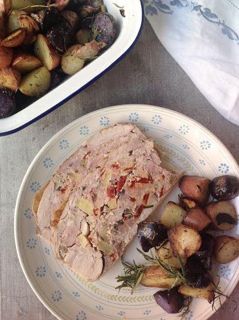 Pollo relleno de carne y verduras con guarnición de patatas salteadas