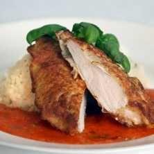 Halloumi paneret kylling med risotto og tomatsovs
