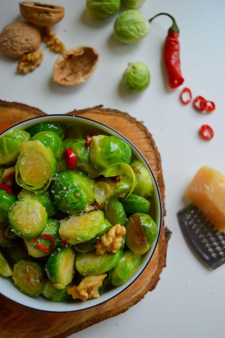 Brukselka podsmażana z chili, czosnkiem i orzechami włoskimi