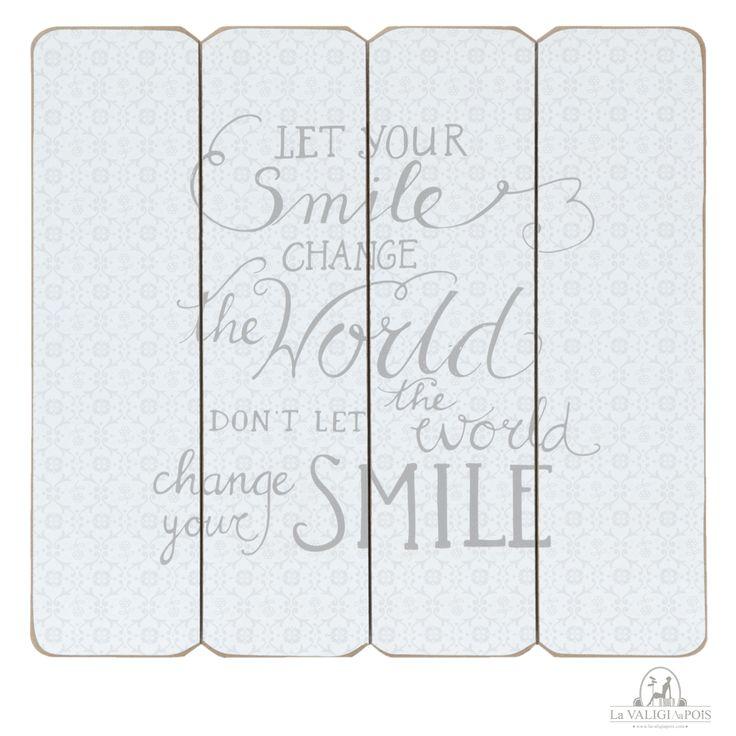 Quadro Smile in legno con stampa bianca e scritta in grigio.  Ideale da appendere in un luogo della vostra casa in cui lo sguardo cade spesso, come il salotto o il muro sopra la testiera del letto.