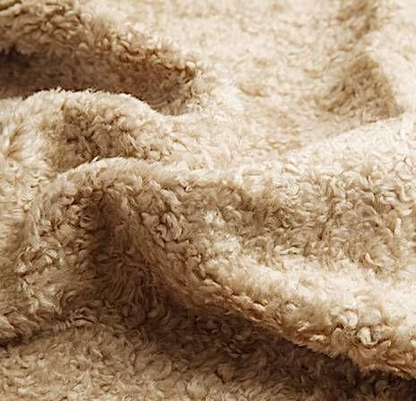 アストラカンクロス 羊の毛皮に似た柔らかい巻き毛を表面に集めたウール織物。アストラカンとは中央アジアに生息するカラクール種の羊のこと。 色は黒の無地が多いがグレーと白の霜降調もある。モヘアなど光沢のある糸を用い表面の輪やけばを渦巻き状、もしくは玉状に仕上げたものをいう。単にアストラカンと呼ぶこともある。輪奈状のアストラカンをテリーアストラカンと呼ぶ。 #アパレル #ファッション #ファッション用語 #wiki #生地 #織物 #織布 #マテリアル #テキスタイル #apparel #fashion #material #textile #fabric #woven