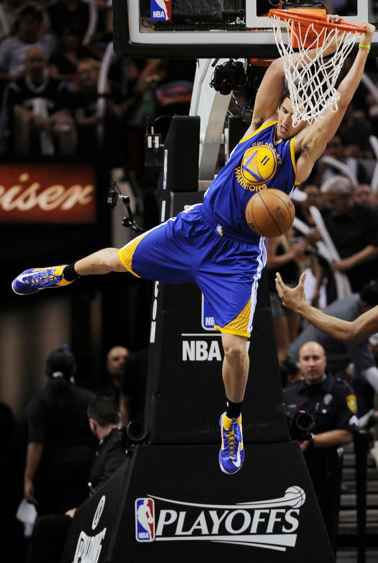 Klay Thompson of the Warriors dunked against the Spurs in the second half in San Antonio on Wednesday.
