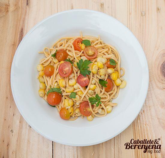 Spaguetti #Tricolore una mezcla de maiz tierno, perejil liso y tomate cherry. #HechoaMano #HomeMade #PastasVeganas