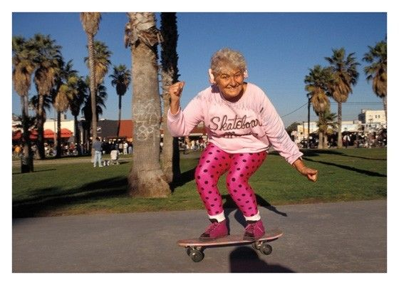 Carte double humour anglais disponible sur http://www.lelapindargile.com Funny old lady on a skateboard