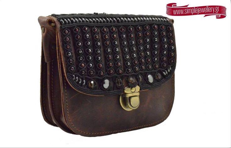Μοναδική δερμάτινη χειροποίητη τσάντα σε σκούρο καφέ χρώμα. Πάνω στην τσάντα υπάρχει σχέδιο με πέτρες αιματίτη. Η τσάντα περιλαμβάνει δερμάτινο ρυθμιζόμενο λουράκι.Αποκτήστε την μόνο από το Simplejewellerly: goo.gl/WgYg4m