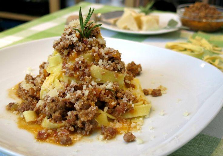 Il ragù alla bolognese è la salsa più conosciuta, imitata e personalizzata nel mondo. In Italia esistono diverse ricette regionali, da quella napoletana...
