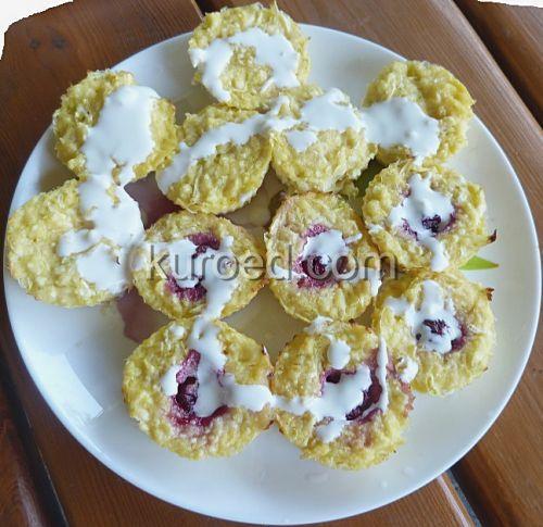 Сырники с кабачками и вишней, испеченные в духовке