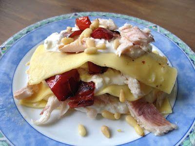 Recept voor een open lasagne pastasalade, gemaakt met hüttenkäse, gerookte forel en gegrilde paprika. Een lekker, licht en eenvoudig gerecht.