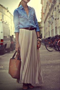 Simple and casual, chemise en jean claire et jupe longue plissée : le look de printemps parfait