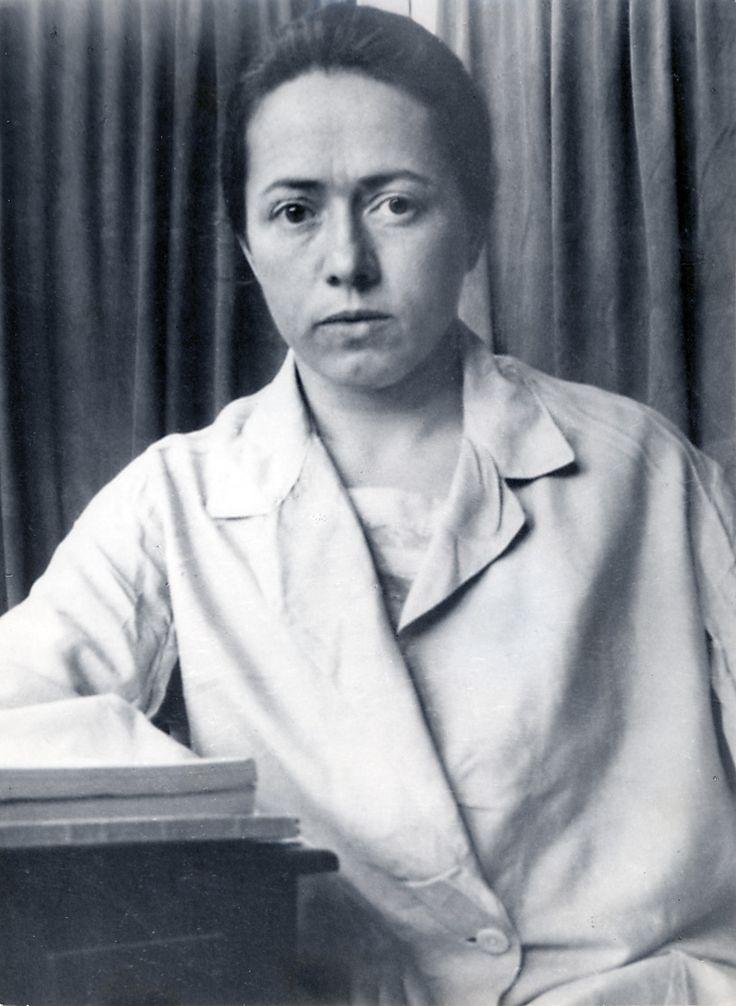 Vlasta Kálalová-di Lottiová (1896-1971) byla česká lékařka, která se specializovala na tropické nemoci a entomologii. V letech 1925–1933 působila v Bagdádu, kde léčila i členy královské rodiny. Přispěla k výzkumu tropických nemocí a rozšířila rovněž sbírku Národního muzea o vzácné exempláře exotického hmyzu. Ovládala cca 18 jazyků! Kniha o ní: http://www.databazeknih.cz/knihy/doktorka-z-domu-trubacu-2464?c=all