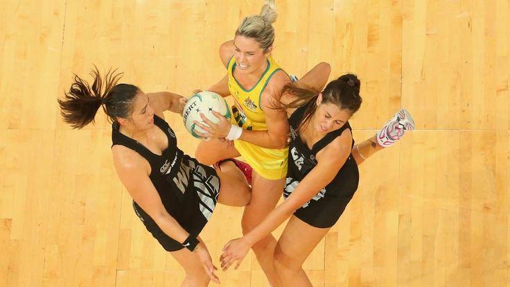 Beim Netball ist Durchsetzungsvermögen gefragt: Julie Corletto (M.) von den Australian Diamonds räumt zwei Spielerinnen der New Zealand Silver Ferns einfach aus dem Weg