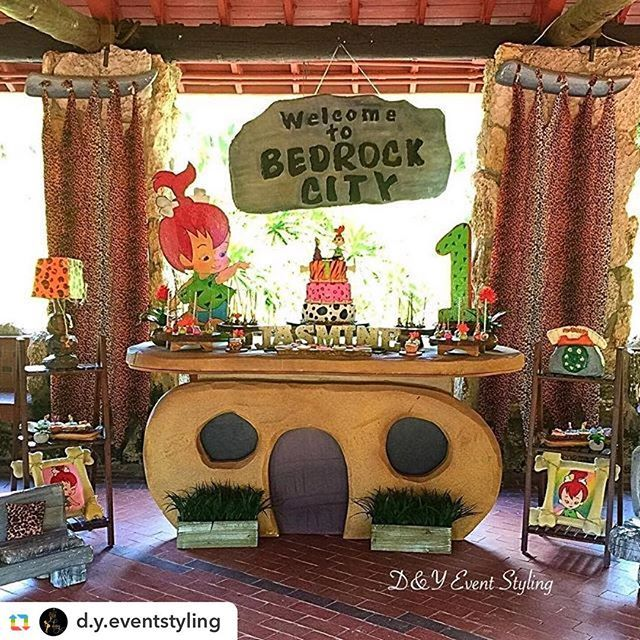 Ok y'all, you know how much I love dessert tables. I just adore this Flinstones First Birthday Dessert Table from @d.y.eventstyling and sweets by @albiscake  Flintstones prop table by @elfren  #firstbirthday #pebblesbirthday #pebblesparty #flintstonesthem