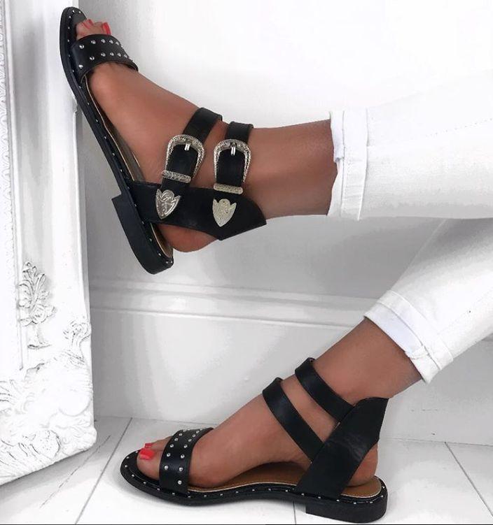 Monochrome Vibes 🔥 🔥MARGO Sandalen mit schwarzer Schnalle #BuckleUp #LuxuryUp #StudSan …