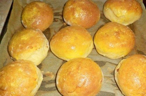 Legjobb pékárú, még a kenyérnél is jobban szeretjük!  Hozzávalók:  50 dkg liszt 3 dkg élesztő 3 dl langyos víz 1 tojás 1 teáskanál cukor kevés…
