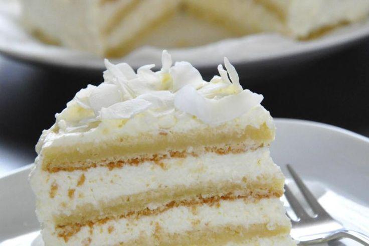 Ingredientes:  3 tazas de harina2 cucharaditas de polvo de hornear1/2 cucharadita de sal1 taza de mantequilla2 tazas de azúcar4 huevos1 cucharadita de extracto de vainilla1 taza de leche entera o leche de coco1/2 taza de mermelada de fresa, mora o frambuesa3 tazas de coco rallado  PARA EL GLASEADO:  1 taza de azúcar1/2 taza de jarabe de maíz1/2 taza de agua2 claras de huevo1/2 cucharadita de sal1/2 cucharadita de cremor tártaro1 cucharadita de vainilla