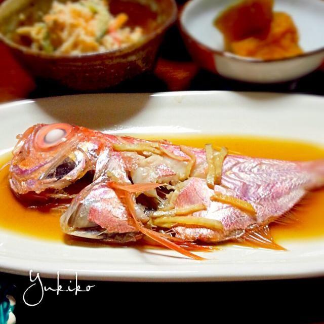 一盛り300円のお魚さん。 小ぶりな金目鯛二尾に、大きなカマス四尾、そこそこ大きいアジが三尾も! 単純計算して一尾33円くらい? タダみたいなもんだわ~♪ 火が強すぎてボロボロになっちゃったけど(^_^;) めっちゃおいしかった~♡ 今晩はカマスを食べよー♪ - 21件のもぐもぐ - 金目鯛の煮付け。 by ゆきこ