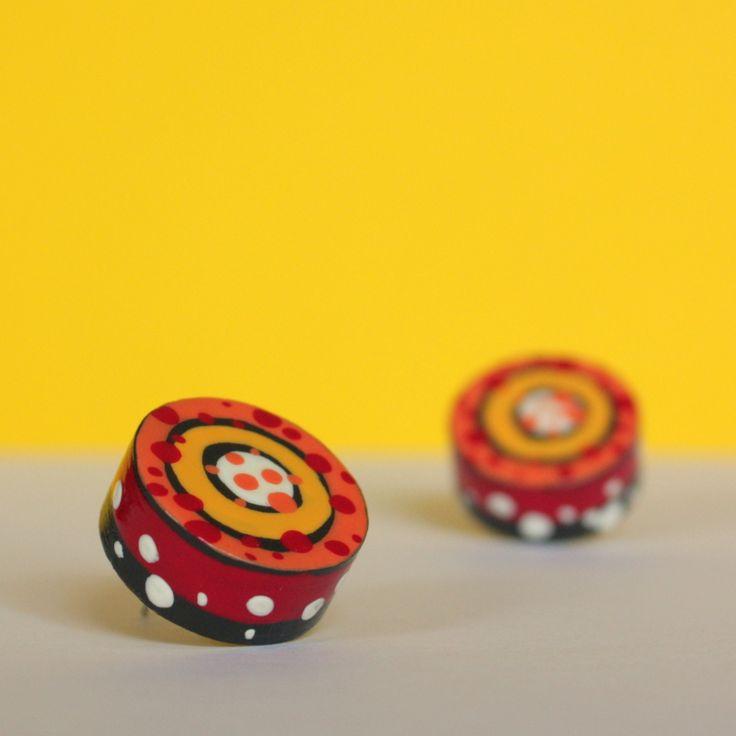 Koláčkové náušnice - puzety Vlastnoručně broušené a malované autorské náušnice. Průměr 2,1 cm, tloušťka kolečka9 mm. Dekorované jsou speciálními barvami a poté několikrát přelakované. Snesou tedy lehký déšť.