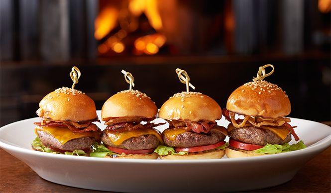 新メニューの「オークドア ハンバーガー スライダー」(バンズ直径6センチ、4つ入り) 2052円
