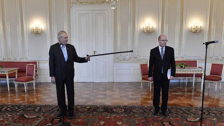 Premiér Bohuslav Sobotka (ČSSD) na schůzku s prezidentem Milošem Zemanem demisi vlády nepřinesl, podá ji písemně v polovině května. Na Hrad přišel jen diskutovat o aktuální situaci. Podle jeho slov ho ale zarazilo, jak Zeman ke schůzce přistoupil. Prezident nechal připravit sál, jako by premiér demisi přinesl. Následovala slovní přestřelka. Později Zeman uvedl, že demise je aktem zoufalství z klesajících preferencí ČSSD. Odklad jejího podání označil za zbabělé kličkování.
