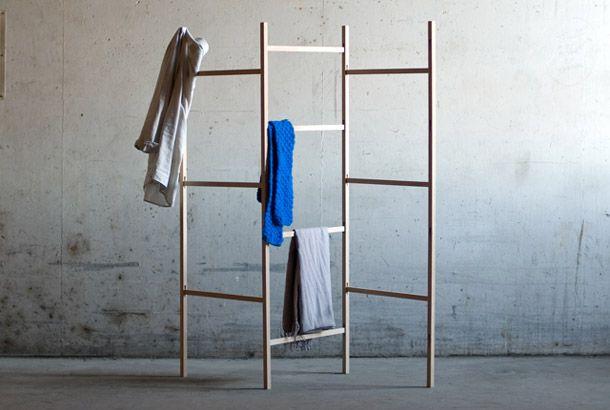 シンプルでエレガントで機能的! 「Knock Down Cloth Rack」と名付けられたこの家具は垂直に伸びる4本の柱と、それらを平行につなぐ貫のみで構成されています。 家具は組み立て式で、かなりコンパクトにして運ぶことができます。組み立てるときも、柱の切り込み部分に貫を差し込むだけ。その形状には一切の無駄がありま...