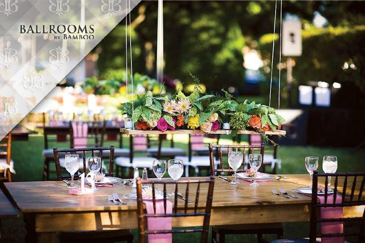 Tendințele anului 2015 în materie de buchete de mireasă și aranjamente florale, de la buchetele diafane monocrome până la aranjamentele atipice asortate cu fructe și decorațiuni >> http://www.bridalguide.com/…/…/reception/wedding-trends-2015
