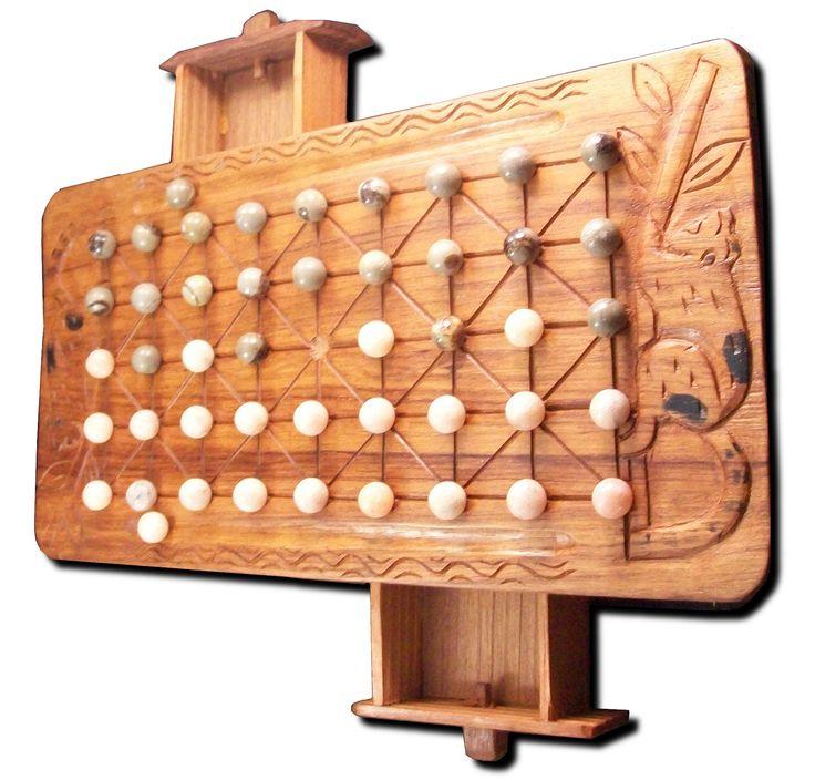 Un plateau de jeu en bois de palissandre avec deux petits tiroirs, motifs: lémuriens. Pierres: septaria et calcite orange.