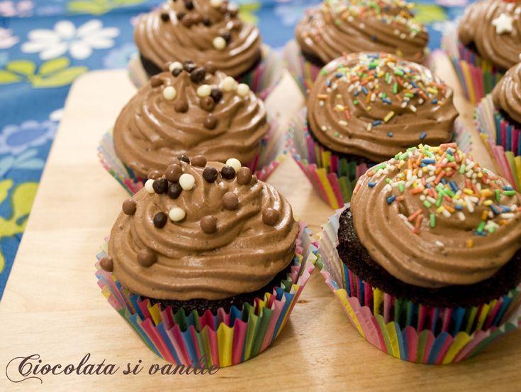 Brioșe moi cu multa cacao decorate cu mousse de ciocolată neagră.