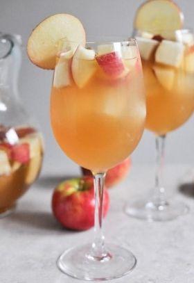 SANGRIA BIANCA CON MELE - www.iopreparo.com La sangria bianca con mele è una bevanda alcolica con lo spumante, le spezie e la frutta, molto simile alla sangria tradizionale con il vino rosso. E' rinfrescante e sfiziosa e, in questa versione con il sidro, è autunnale e persino adatta alle festività natalizie.  In alternativa alle mele si possono usare tutti i frutti di stagione che piacciono di più. Inoltre si può sostituire il Calvados con del  Rum bianco.