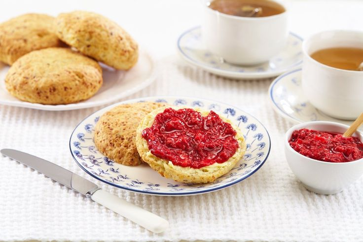 Cottage cheese gjør disse sconesene ekstra saftige og holdbare. I tillegg inneholder de kli og linfrø som er bra for fordøyelsen. Scones smaker nydelig. Og ikke bare til frokost.
