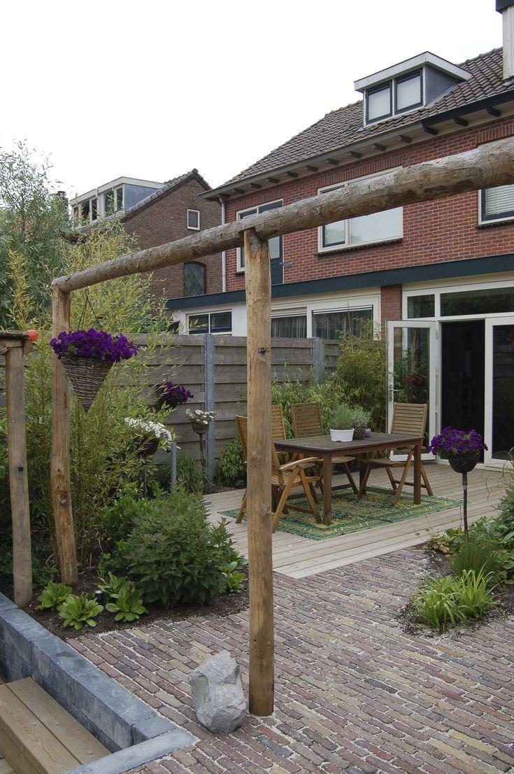 Achtertuin met overdekte zitkuil wintergroene beplanting en pergola van kastanjehout www - Bedekking voor pergola ...