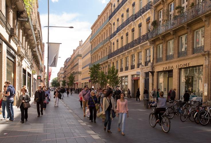 La rue Rivals, sur laquelle donne l'entrée principale de l'hôtel, débouche sur les rues Rémusat et Alsace Lorraine. Cette dernière constitue l'artère commerçante principale du centre-ville de Toulouse.